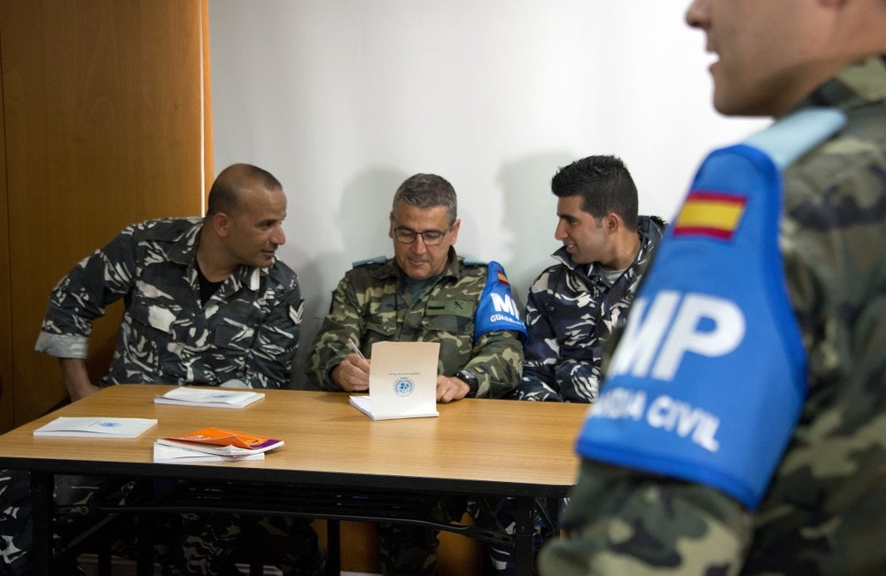 Lebanese Internal Security Forces (ISF) personnel and a UNIFIL Spanish Guardia Civil work together on a recent police experience exchange course held in UNIFIL.