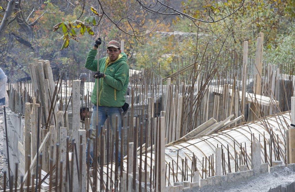 عمال من المنطقة يعملون في مشروع الجسر في شبعا المموّل من الكتيبة الإسبانية في اليونيفيل.