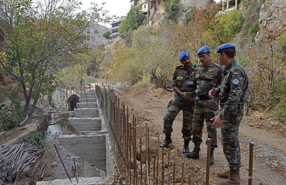 جنود حفظ سلام من اليونيفيل يشرفون على المرحلة الأولى من بناء الجسر في شبعا.