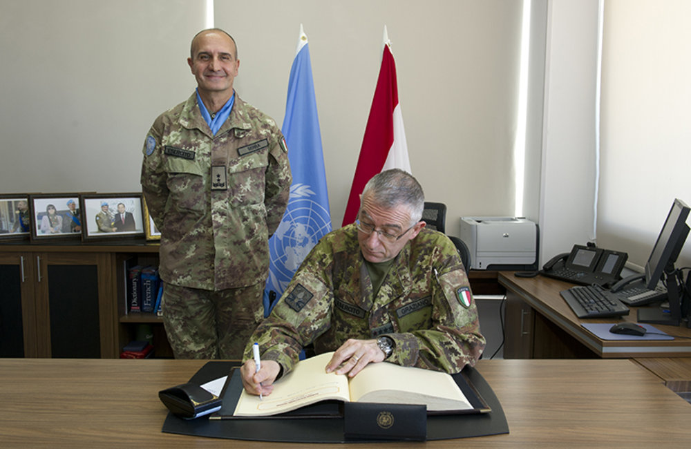 Chief of Staff of the Italian Army Lt.Gen Graziano signing UNIFIL's book of honor in presence of UNIFIL Force Commander Major-General Serra.