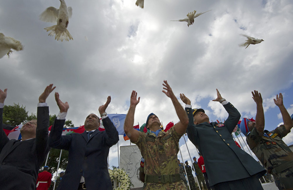 Head of Mission and Force Commander Major-General Luciano Portolano, Lebanese Army representative Brigadier-General François Chahine and Deputy Head of Mission Mr. Imran Riza release doves at the end of the ceremony.