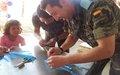 الأطفال الجنوبيون يلعبون مع جنود حفظ السلام
